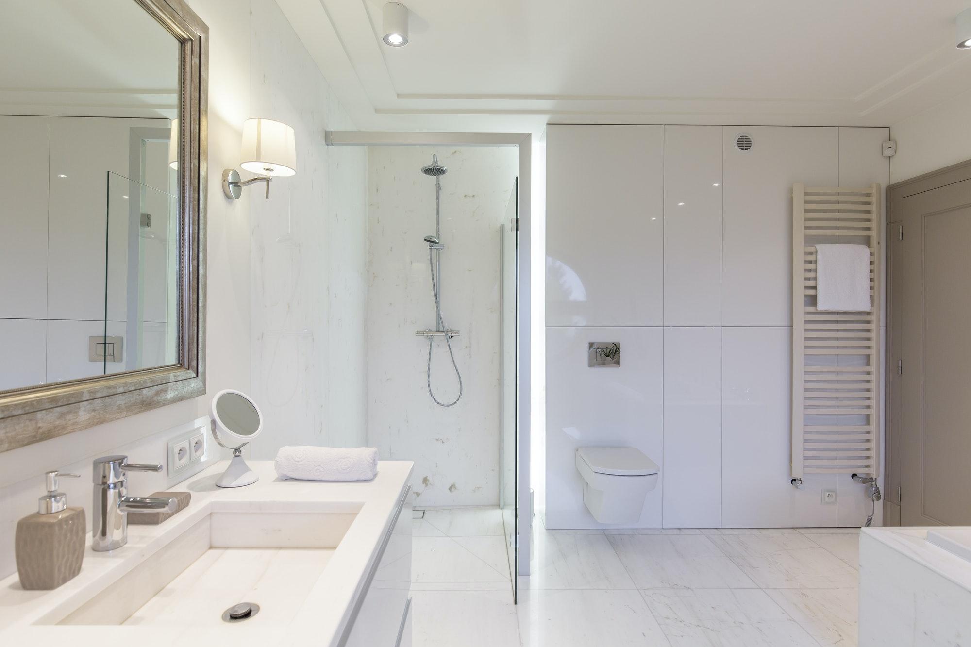 Reforma Integral Baño Baño moderno con cabina de ducha y mampara
